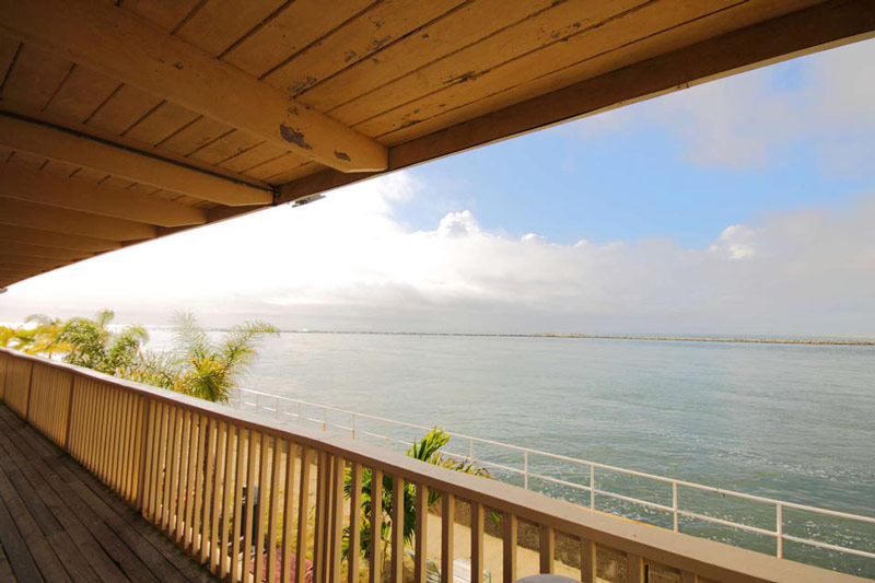 Directly on the bay with excellent fishing and easy access to the beach, jet skis, amusements, shopping and dining.